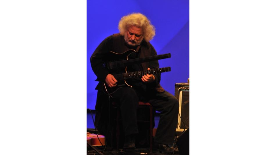 Perdelerin gitarını kaldıran dahi müzisyen Afyonlular ile buluştu -Gazete 3 - 26.Aralık.2009'